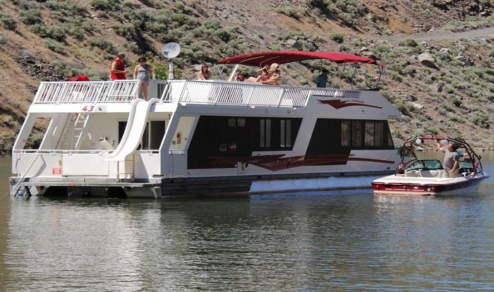 Lake Billy Chinook Houseboat Rentals About Located In Oregon Lake Bill Chinook Is A Canyon Lake The Waters Of The Lake Traverse The Space Between Deeply